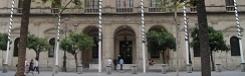 Het gemeentehuis en de pleinen Plaza San Francisco en Plaza Nueva